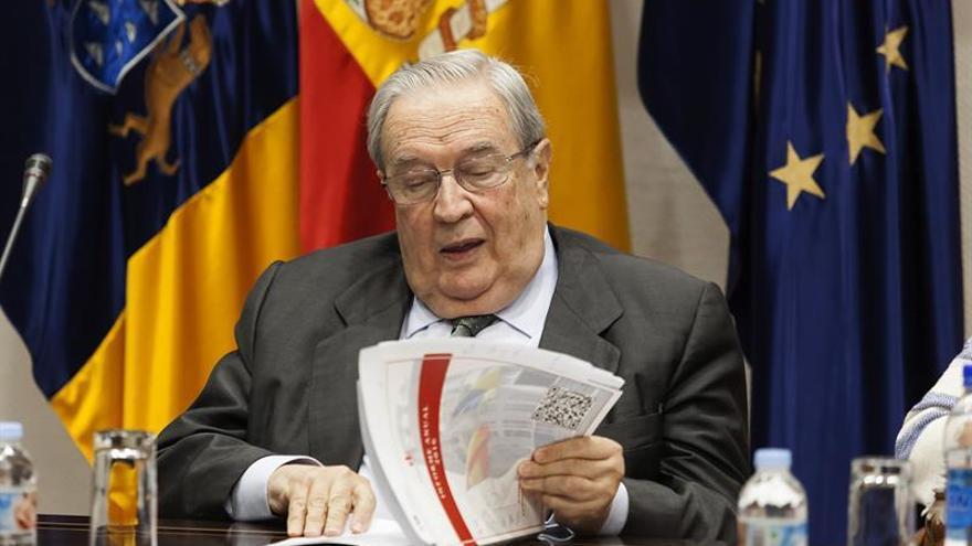 El Diputado del Común, Jerónimo Saavedra, presentó hoy en la comisión de Gobernación, Justicia, Igualdad y Diversidad del Parlamento de Canarias, el informe anual de la institución correspondiente al año 2016.