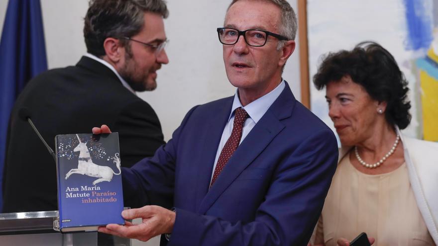 José Guirao, con el libro de Ana María Matute que le ha regalado su predecesor en el cargo