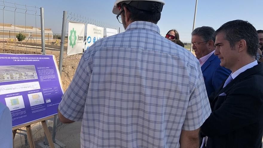 El consejero Miguel Angel del Amor durante su visita a la depuradora de Los Alcázares