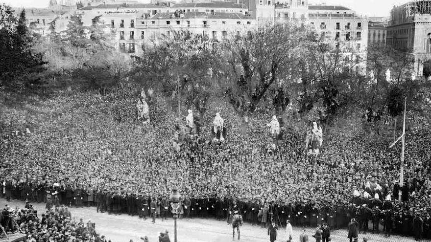 MADRID, 11/12/1931.- El público se agolpa en la plaza de Oriente para contemplar el desfile militar en honor de Niceto Alcalá Zamora, que ha tomado posesión como presidente de la República. EFE/Archivo Díaz Casariego/jt