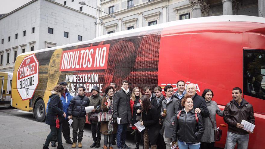 Autobús contra los supuestos indultos a los independentistas encarcelados, fletado por Ciudadanos