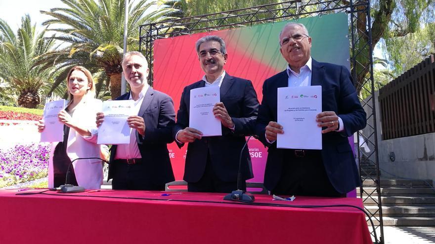 Los líderes de las cuatro fuerzas políticas muestra el acuerdo este sábado en Santa Cruz de Tenerife.