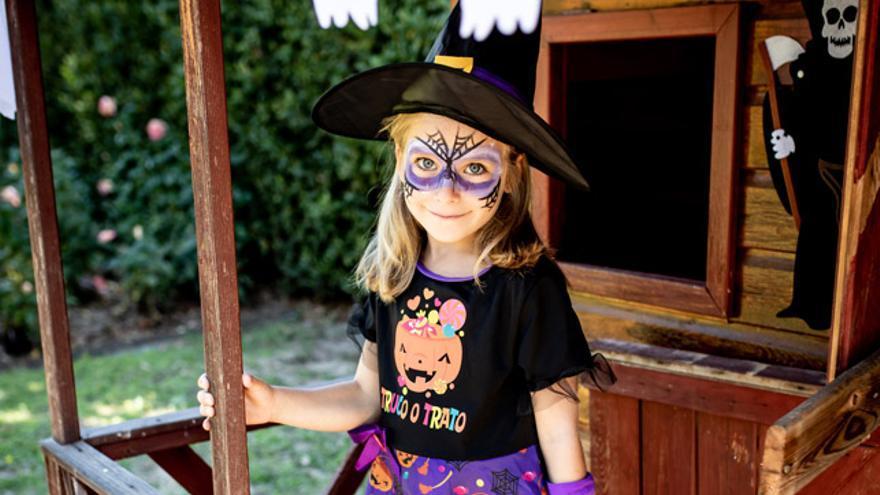 Unas telarañas negras y unos toques en púrpura son suficientes para triunfar con el maquillaje de bruja.