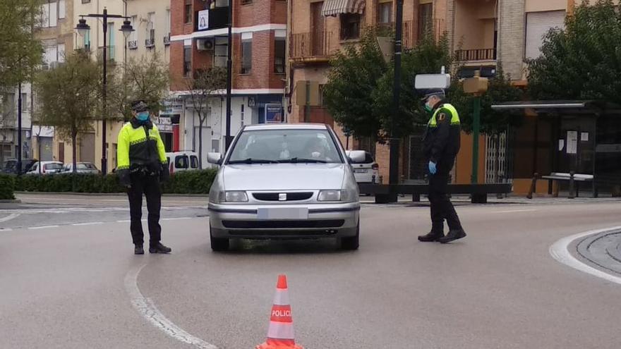 Agentes de Policía Local, protegidos con mascarillas, en un control