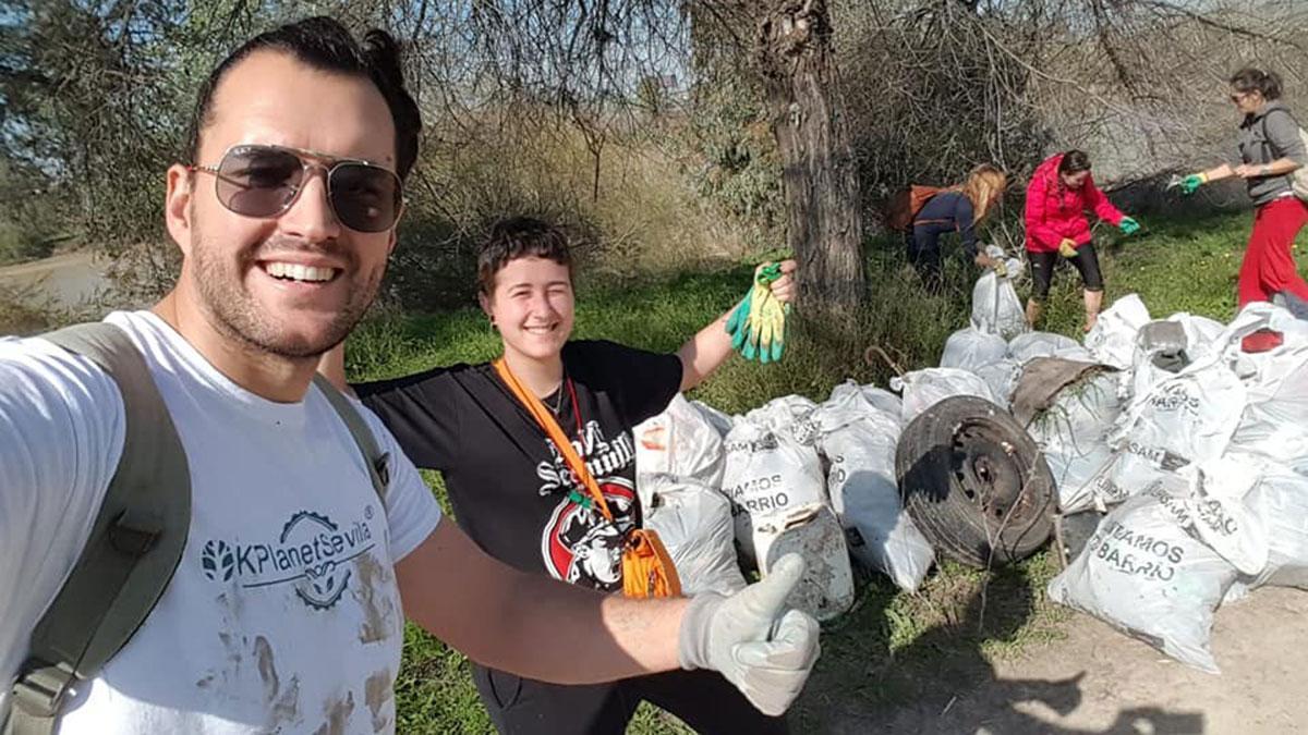 Participantes en la recogida de residuos en el río Guadalquivir en la jornada de 2020.