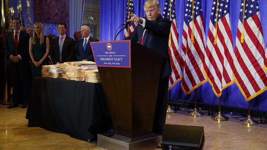 Trump señala a un periodista en su primera rueda de prensa el 11 de enero tras su victoria electoral.