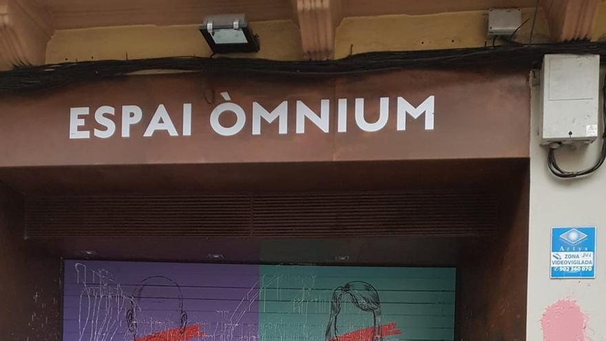 La sede de Òmnium en Manresa, ensuciada en la noche del 20-N