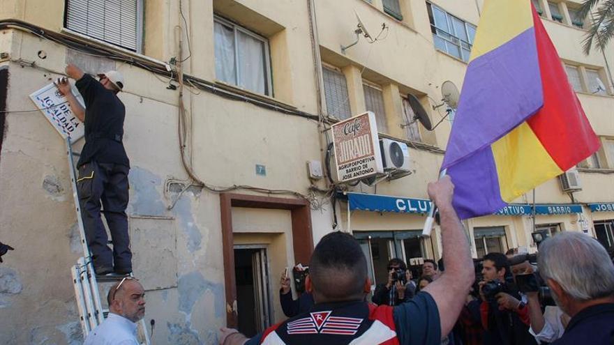 Vergüenza, rabia y lágrimas al reponer la plaza de División Azul en Alicante