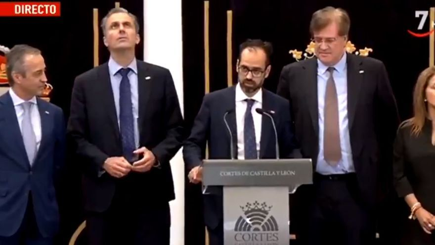 El procurador de Vox en el Parlamento de Castilla y León, Jesús García Conde, flanqueado por dirigentes del partido de extrema derecha