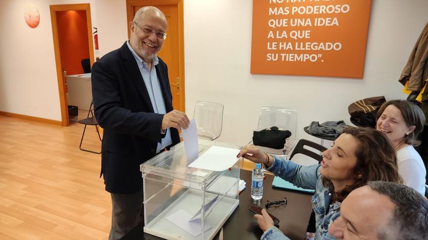 Francisco Igea vota en Valladolid.