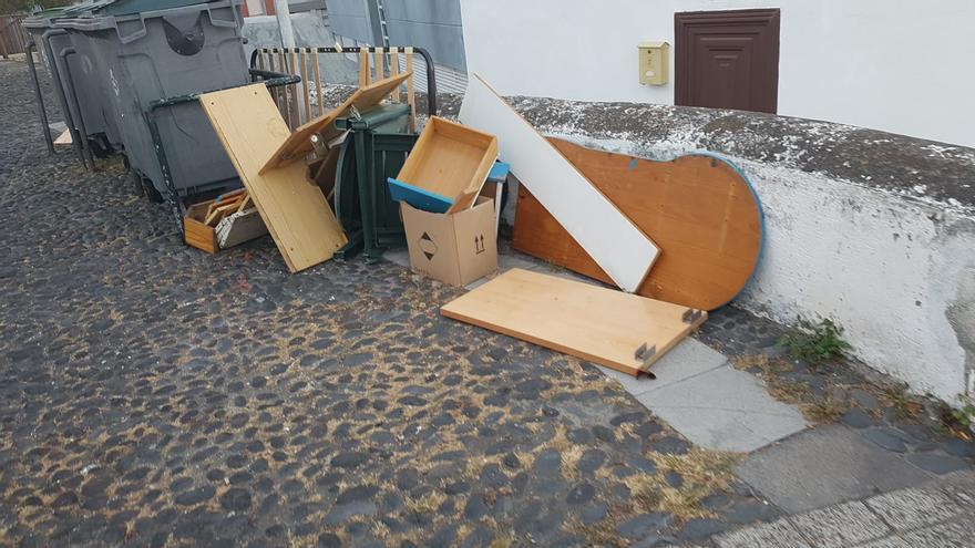 Residuos depositados en una calle de Santa Cruz de La Palma.