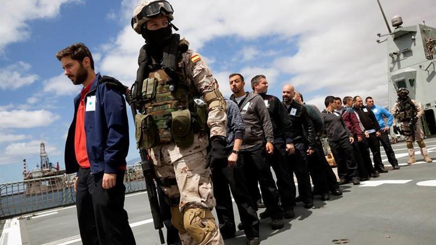 Fuerzas especiales de marina del buque 'Meteoro', atracado en el puerto de Santa Cruz de Tenerife, custodian a personal a bordo del barco con motivo del ejercicio de coordinación de seguridad marítima MARSEC-16 /Ramón de la Rocha/EFE
