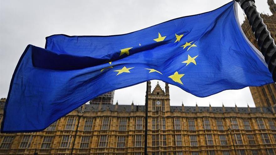 """May fija la hora del """"brexit"""" y avisa de que el proceso no tiene marcha atrás"""