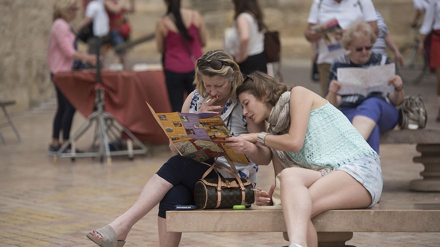 Dos turistas consultan un mapa   TONI BLANCO