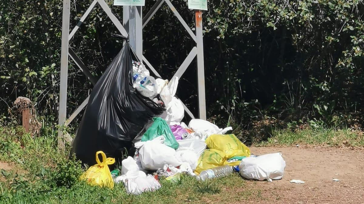 Basuras acumuladas en la barriada de Trassierra durante el fin de semana.