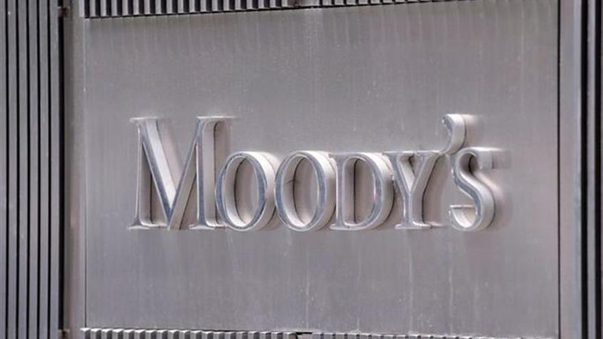 Moody's mejora la perspectiva de la deuda argentina de negativa a estable