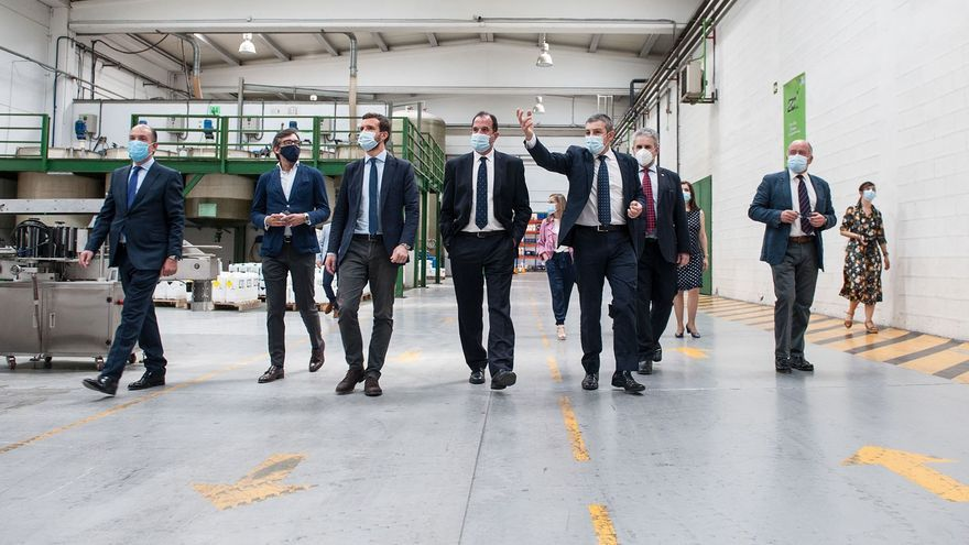 Casado e Iturgaiz pasean por las instalaciones de Zorelor, en Vitoria