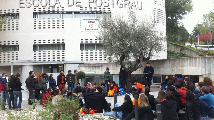 Assemblea de doctorands de la UAB davant l'Escola de Postgrau / João França