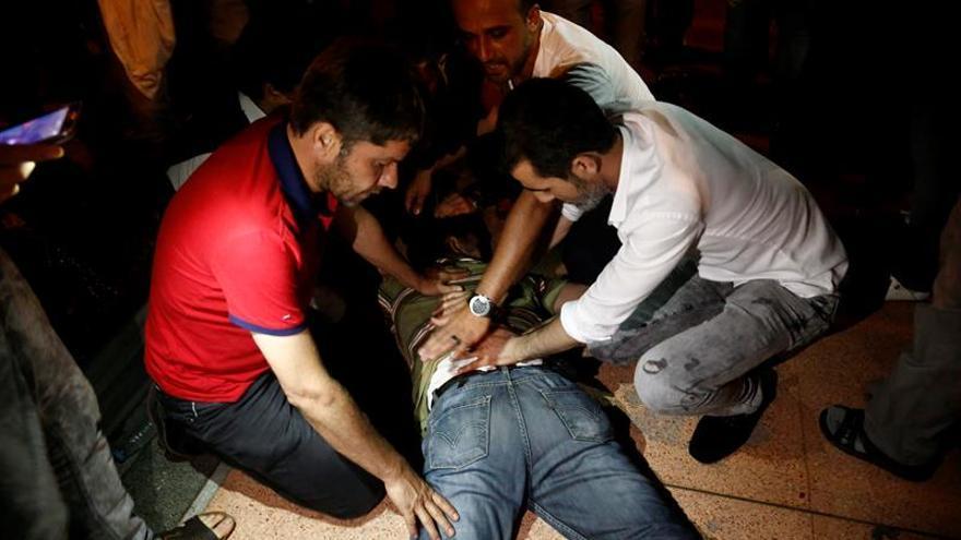 Al menos 6 civiles muertos y 100 heridos durante asonada militar en Estambul