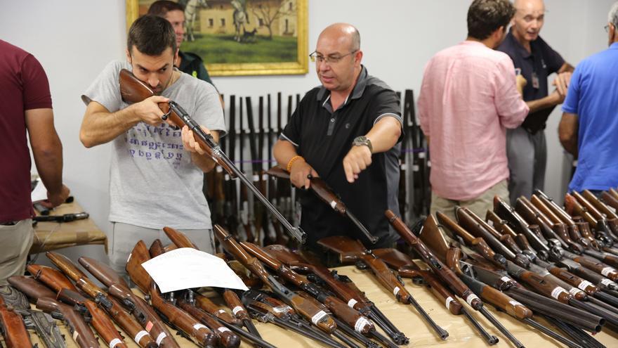 Dos interesados en pujar por las armas que subasta la Guardia Civil