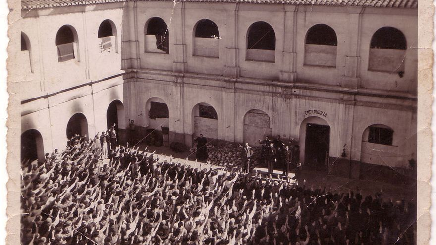 Acto de exaltación patriótica en el patio de la prisión de la Mercé de Borriana (Castelló).