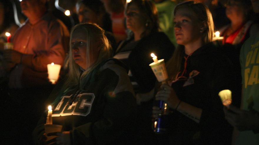 Homenaje a las víctimas del tiroteo perpetrado en una universidad de Oregón (EEUU) el pasado octubre