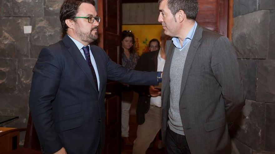 El candidato del PP a la Presidencia del Gobierno de Canarias, Asier Antona, y el actual presidente en funciones, Fernando Clavijo (CC).  EFE/Ramón de la Rocha