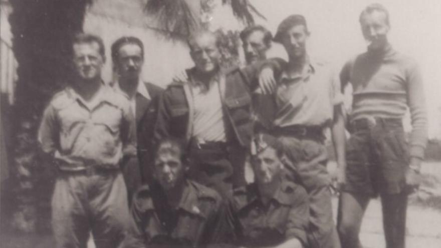 Delmer Berg (de pie, segundo por la derecha) junto a otros compañeros del Batallón Lincoln. / Abraham Lincoln Brigade Archives (ALBA)
