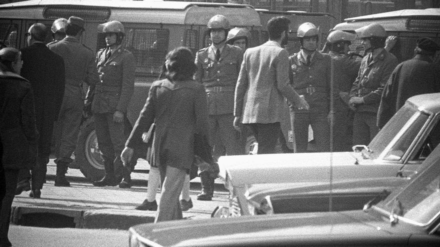 Detención de estudiantes tras un encierro en la Complutense, en 1975