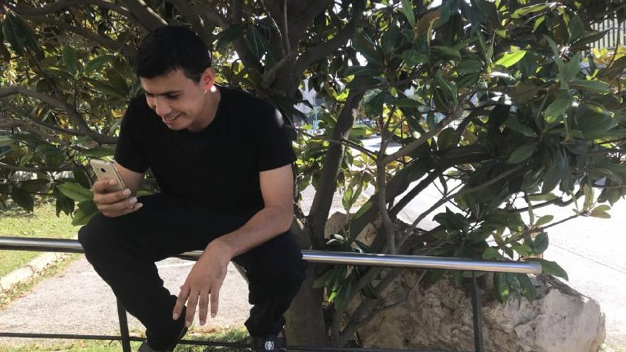 Uno de los rescatados palestinos hace desde Barcelona una videollamada con su padre, que vive en Gaza
