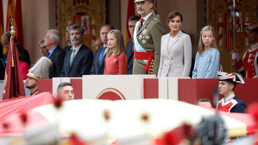 La familia real en la tribuna durante el desfile del 12-O