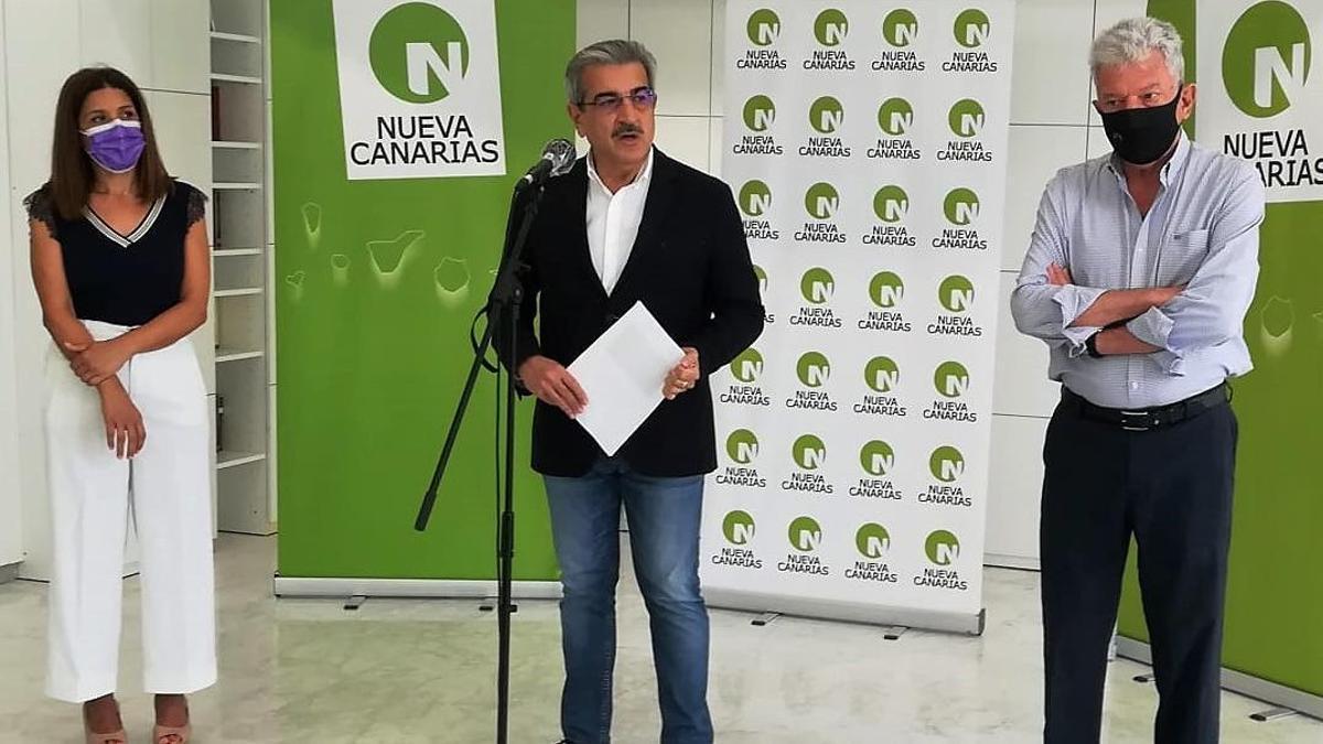 De izquierda a derecha: la alcaldesa de Telde, Carmen Hernández; el vicepresidente de Canarias y líder de Nueva Canarias, Román Rodríguez; el diputado en el Congreso por NC, Pedro Quevedo