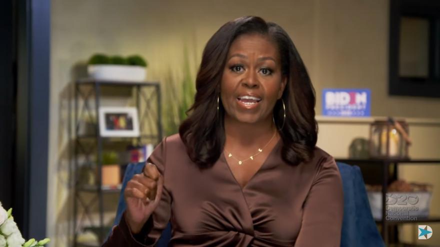 Michelle Obama vapulea a Trump y salva la apertura de la convención demócrata
