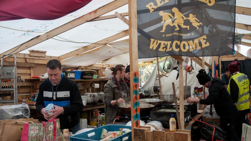 Voluntarios preparan comida para los residentes del campo de refugiados de Dunquerque en febrero de 2016.