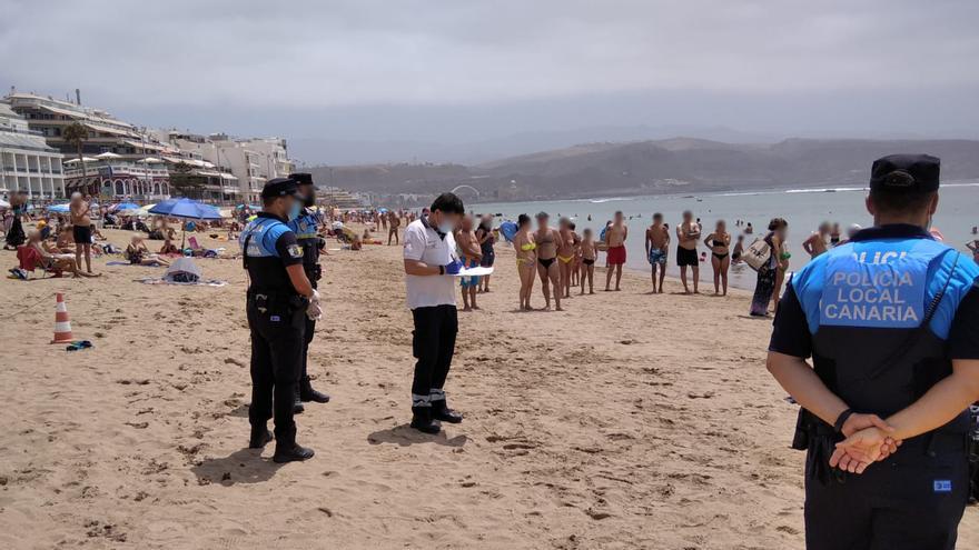 Muere un hombre de un infarto en la Playa de Las Canteras