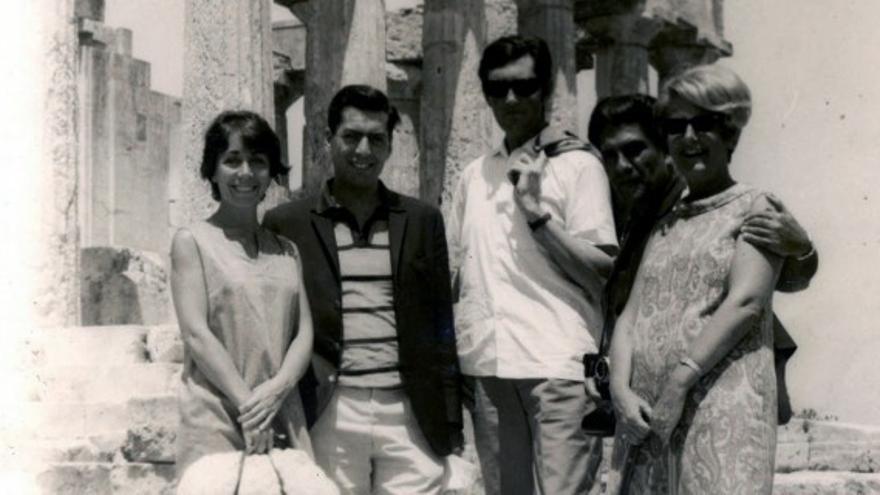 Aurora Bernárdez con Mario Vargas Llosay Julio Cortázar con unos amigos