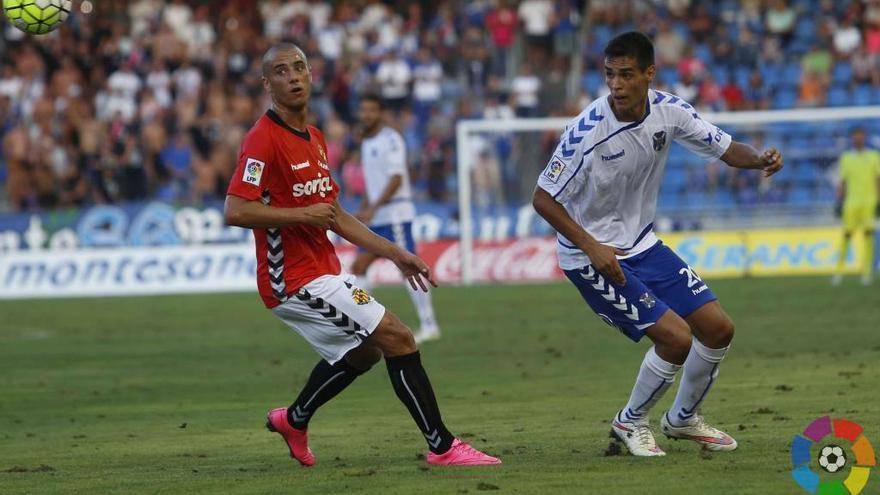 EL centrocampista del Tenerife, Abel Suárez, en el partido frente al Nástic en el Heliodoro.