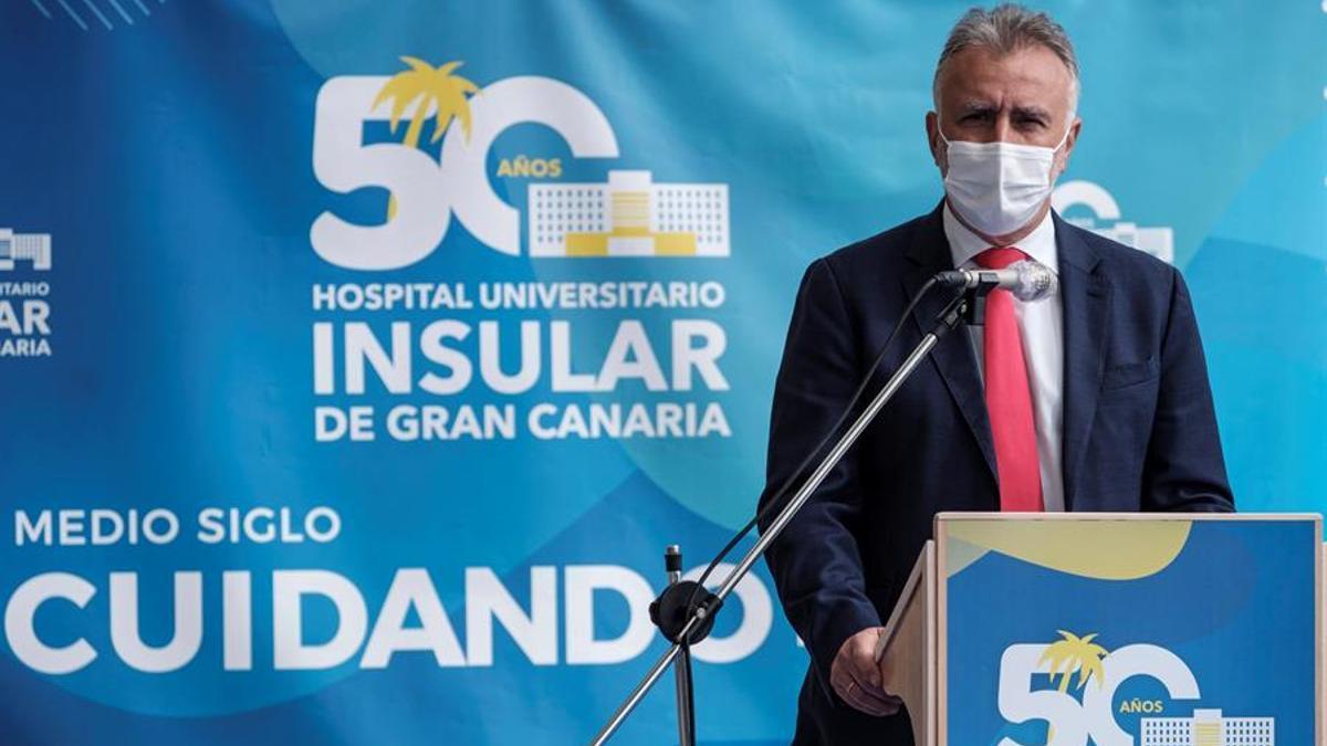 El presidente del Gobierno de Canarias, Ángel Víctor Torres durante su intervención en el acto que conmemoración del 50 aniversario del Hospital Universitario Insular. EFE/Ángel Medina G.