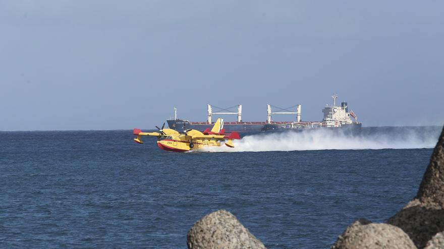 El hidroavión carga agua en Las Palmas de Gran Canaria para dirigirse a Artenara.