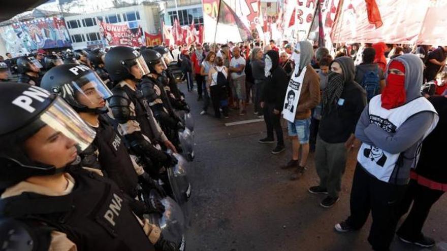 Miembros de la uno de los cuerpos policiales de Argentina durante una manifestación en Buenos Aires. EFE