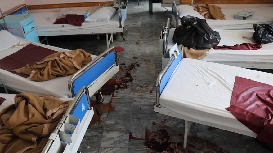 Interior del hospital atacado por terroristas en Kabul.