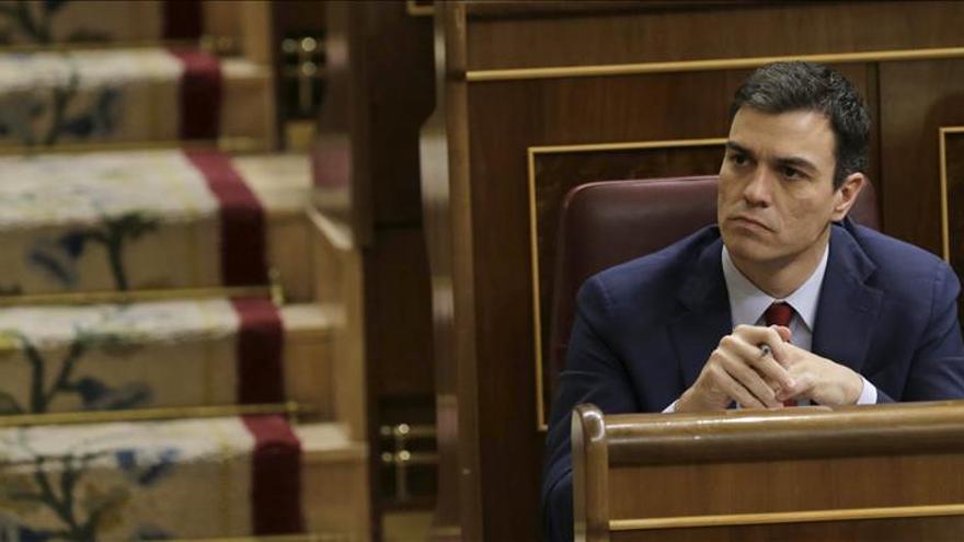 """Sánchez acusa a Rajoy de comunicarse """"por plasma con los españoles y por SMS con un delincuente"""""""