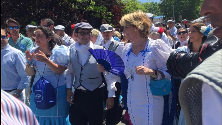 Esperanza Aguirre, vestida de chulapa, en San Isidro