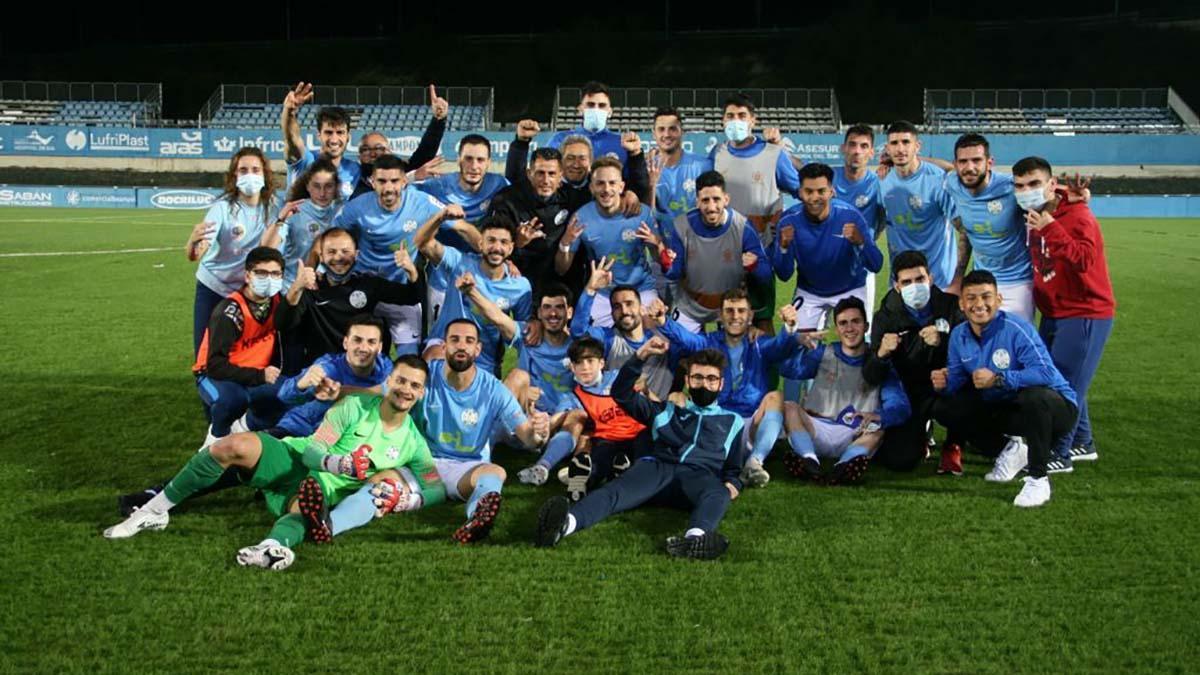 Jugadores del Ciudad de Lucena celebrando el triunfo.