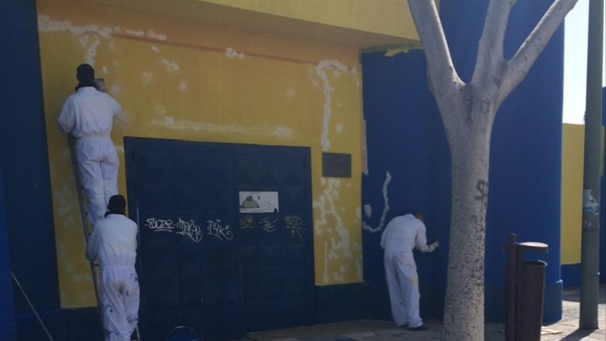 Operarios del servicio municipal de limpieza del Ayuntamiento pintando el exterior de la Ciudad Deportiva de Gran Canaria