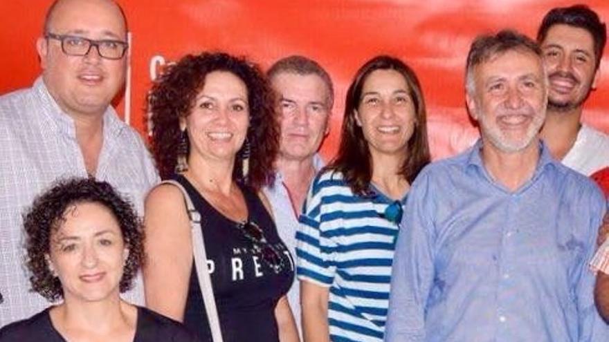 Detrás, de izquierda a derecha, Zebenzuí González, María José Castañeda, casi tapado Pedro Ramos, Mónica Martín y Ángel Víctor Torres en el acto de presentación de este último en La Laguna con motivo de las Primarias regionales.