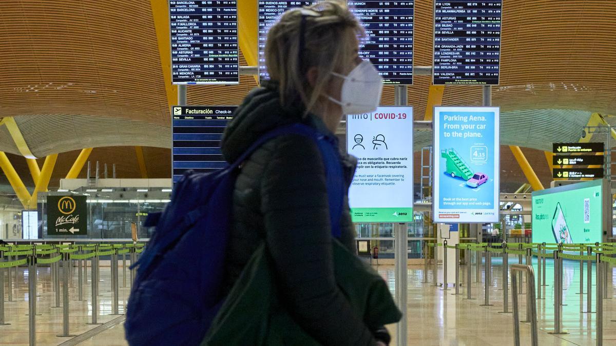 Una mujer camina por la terminal T4 del Aeropuerto Adolfo Suárez Madrid-Barajas.