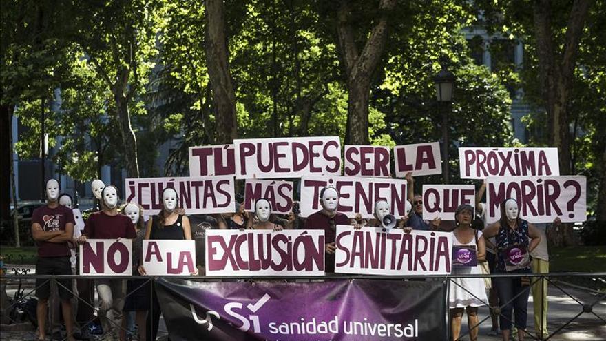 Vista de una manifestación en Madrid, ante el Ministerio de Sanidad, para pedir la atención sanitaria a todas las personas que viven en España/ Efe