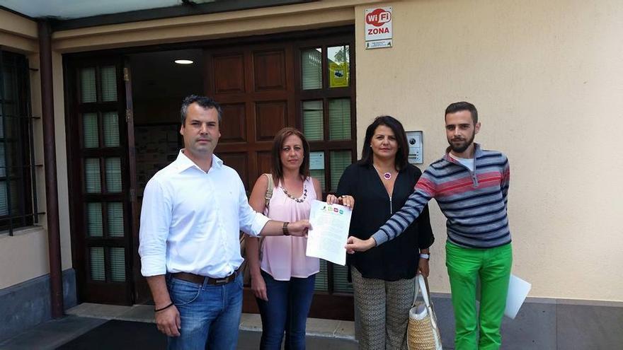 LOs cuatro candidatos de la oposición muestran el manifisto de queja presentado contra el alcalde de La Matanza.