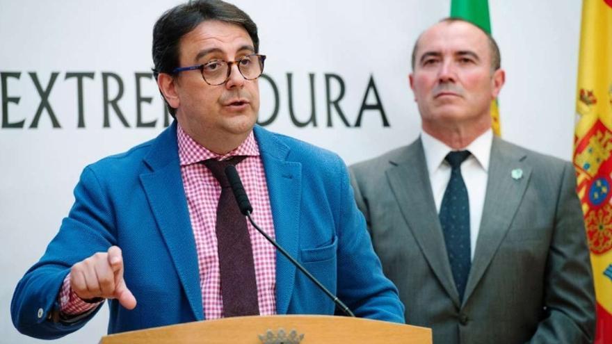 El consejero de Sanidad y Políticas Sociales, José María Vergeles, y el presidente de Plena Inclusión, Pedro Calderón, en la presentación